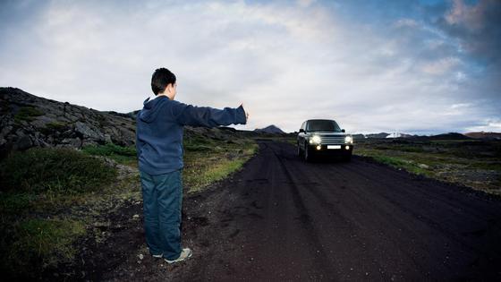 """Мальчик в одиночку """"голосует"""" на дороге"""
