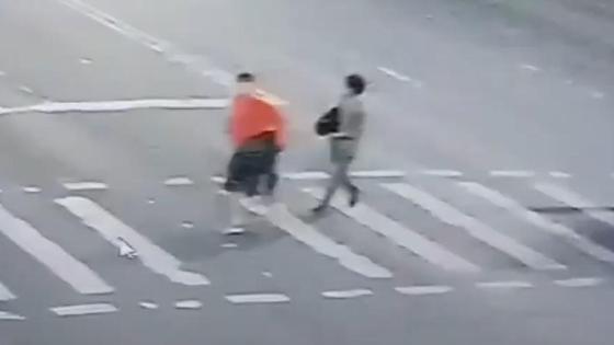 Двое подозреваемых перебегают дорогу