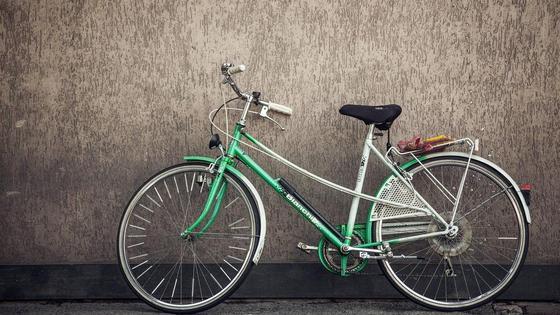 Велосипед облокотили на стену