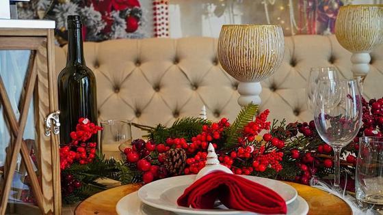 Новогоднее оформление стола с тарелками и бокалами
