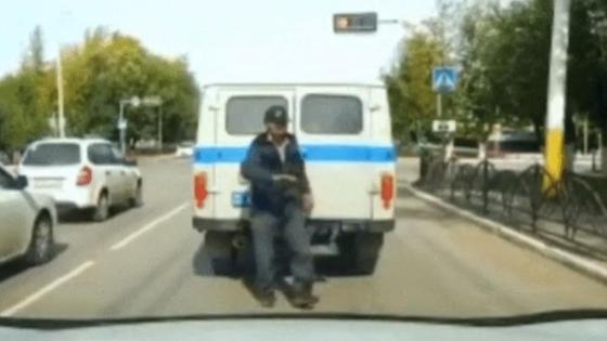 Мужчина выходит из автозака