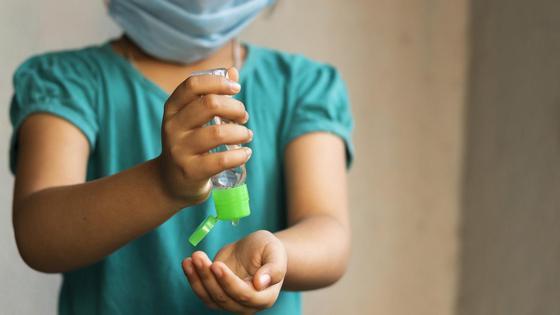 Ребенок держит санитайзер