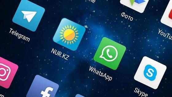 Значки мобильных приложений на дисплее телефона