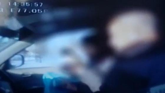Водитель разговаривает с полицейским на блокпосту в Павлодаре