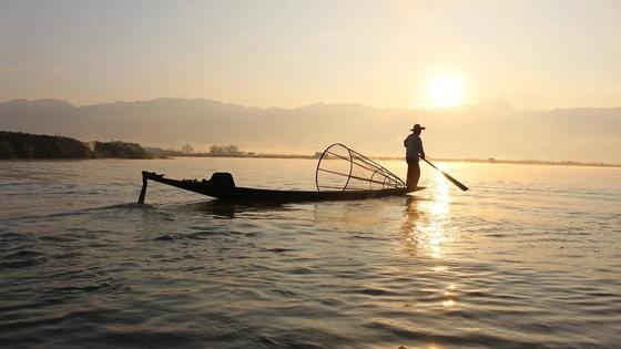 Мужчина рыбачит в море