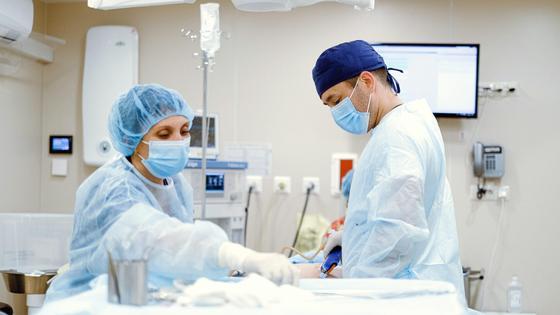 Врачи в операционной за работой