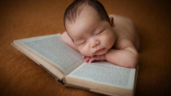 Младенец на книге