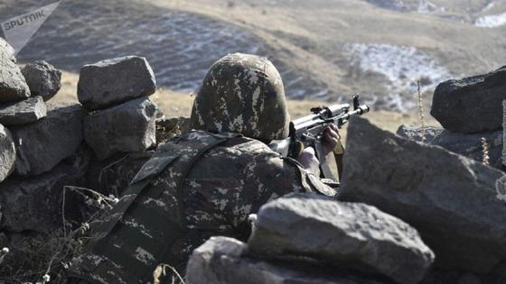 солдат в окопах с оружием
