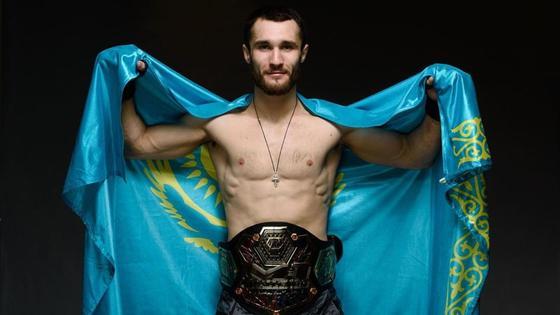 Сергей Морозов держит флаг Казахстана