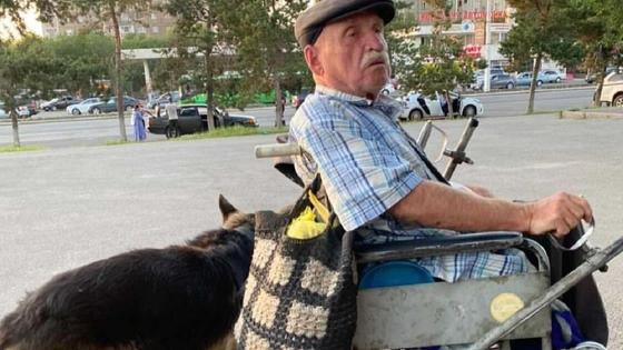 Мужчина едет на инвалидной коляске