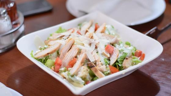Салат с курицей в тарелке