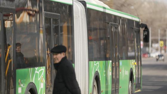 Автобус проехал мимо мужчины