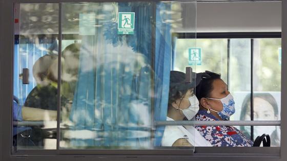 Люди едут в автобусе