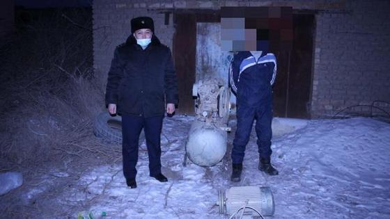 Полицейский и предполагаемый вор стоят на территории склада