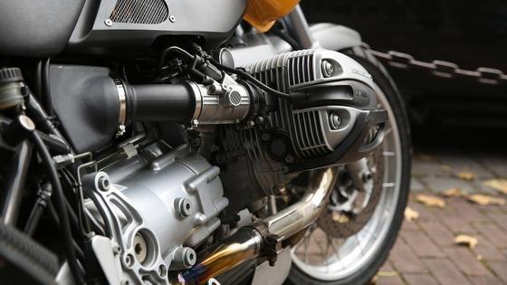 Мотоцикл стоит на улице