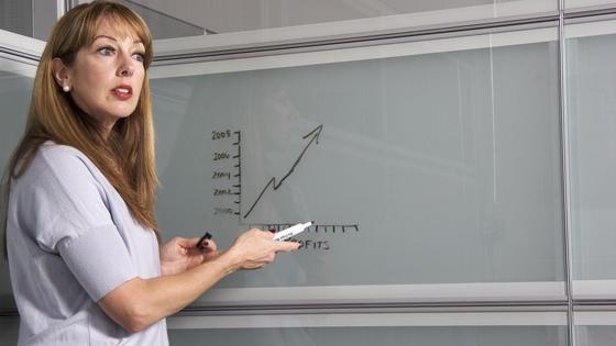 Учитель стоит у доски