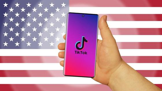 TikTok на фоне американского флага