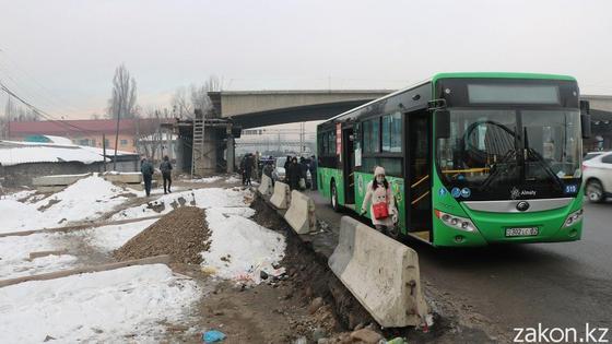 Автобус стоит на проезжей части