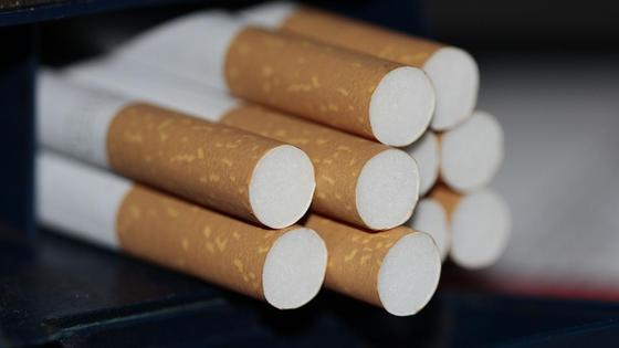 Сигареты лежат на столе
