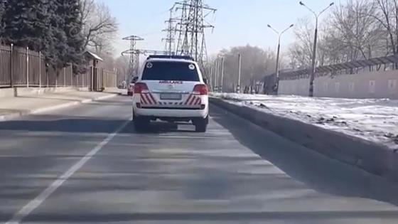 Внедорожник со знаками скорой помощи в Алматы