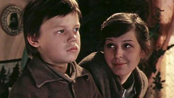 Женщина и мальчик в кадре фильма «Уроки французского»