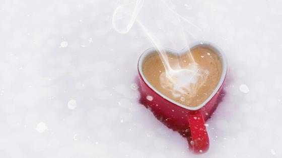 чашка кофе в снегу