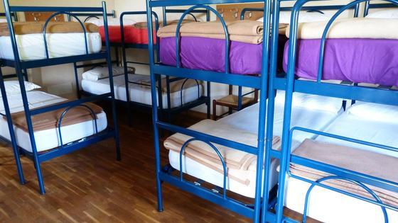 Кровати стоят в комнате хостела