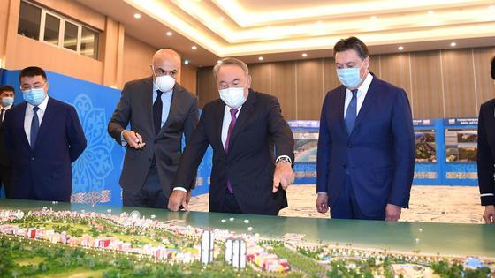 Назарбаев смотрит карту