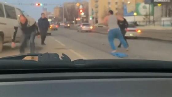 Люди подрались на дороге
