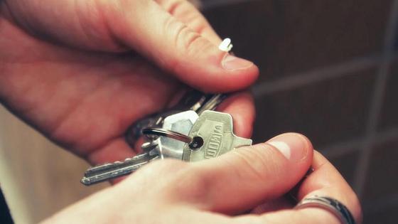 Человек держит ключи в руках