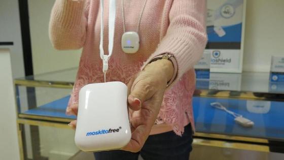 Женщина держит в руках устройство