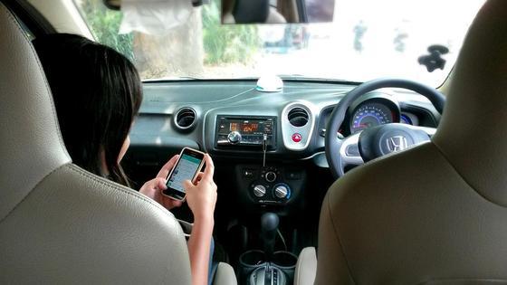 Женщина сидит на пассажирском сиденье автомобиля
