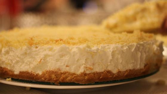Песочный пирог с творогом на тарелке