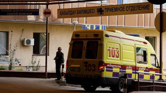 Машина скорой помощи едет на вызов