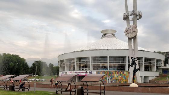 Фонтаны перед цирком в Алматы