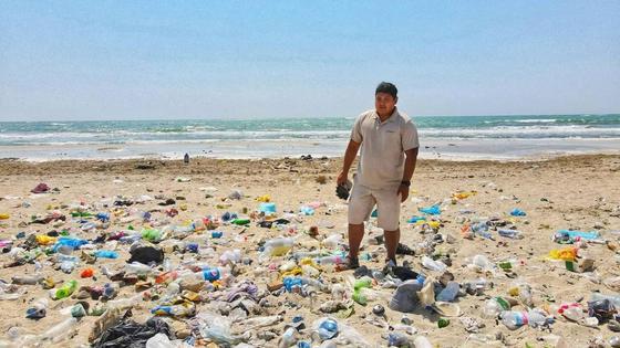 Азамат Сарсенбаев посреди кучи мусора