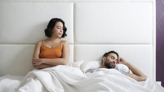 Супружеская пара в кровати