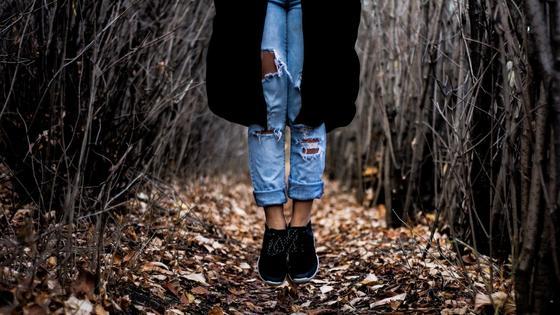 Модный образ с джинсами, кроссовками и кардиганом