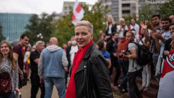 Мария Колесникова в красном шарфе