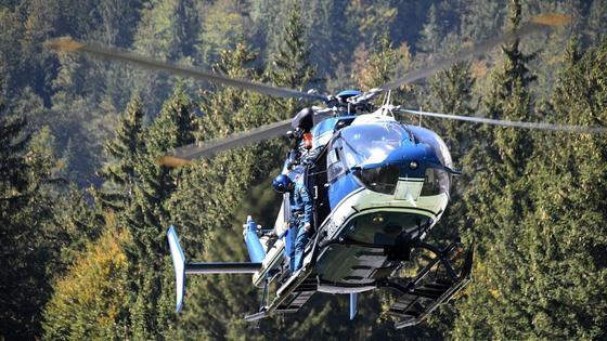Вертолет взлетает в небо