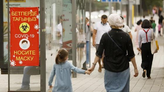 Девочка идет за руку с мамой