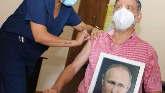 """Хуан Карлос """"Чинчу"""" Гаспарини с фотографией Путина получает вакцину"""