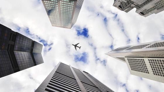Самолет летит над городом
