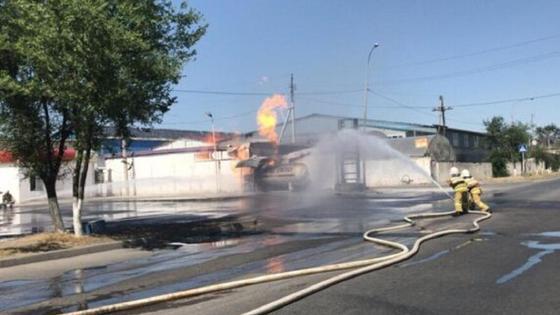 Пожарные тушат возгорание на АЗС