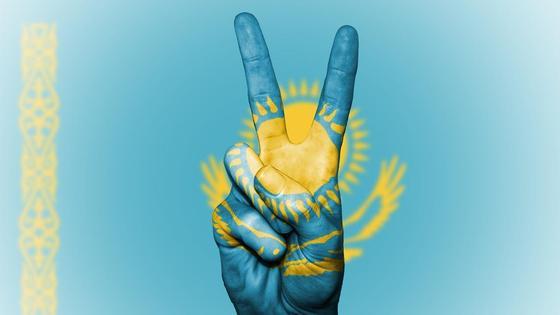 Рука с символами цвета флага РК