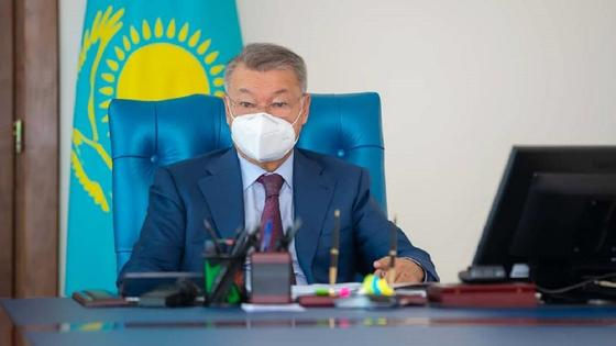 Даниал Ахметов сидит за рабочим столом