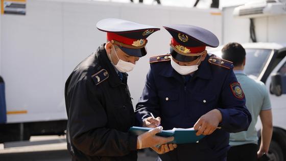 Двое полицейских заполняют журнал