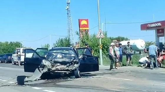 Поврежденная машина стоит на дороге в Акмолинской области