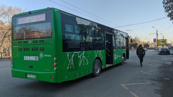 Автобус подъехал на остановку