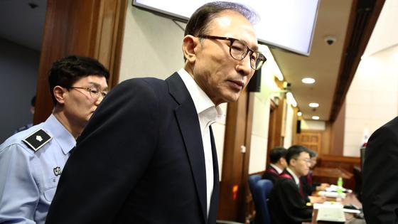 Ли Мен Бак выходит из суда